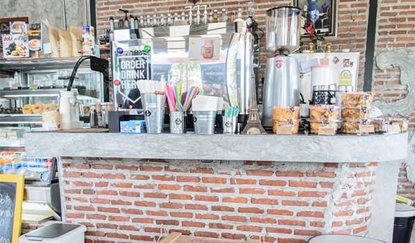 สัมผัสกาแฟรสเข้ม หลากสายพันธุ์และเมนูเบเกอรี่แสนอร่อย ที่ร้าน 'กลมกล่อม'