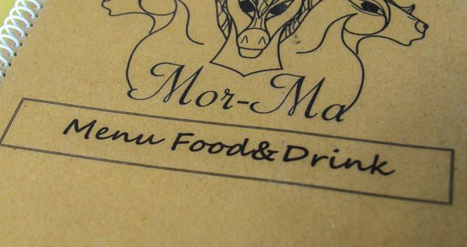 เอร็ดอร่อยกับเมนูอาหารรสแซบ และบรรยากาศทั้ง Indoor และ Outdoor ที่ร้าน 'มอม้า'