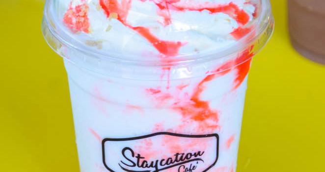 พักจิบเครื่องดื่มเย็น ๆ และเมนูของหวานแสนอร่อย ที่ร้าน 'Staycation'
