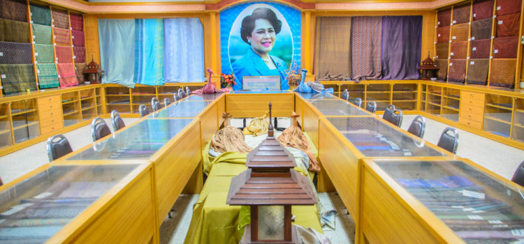 เยี่ยมชมความงดงามของศูนย์ศิลปาชีพด้านผ้าไหม โด่งดังไกลทั่วโลก ที่ 'ศาลาไหมไทย'